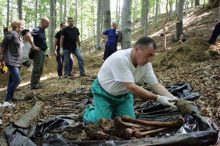 ekshumacija-u-gracanima-5f37ceb6dceddca3aa363188a2fc7ac7_slideshow_fg
