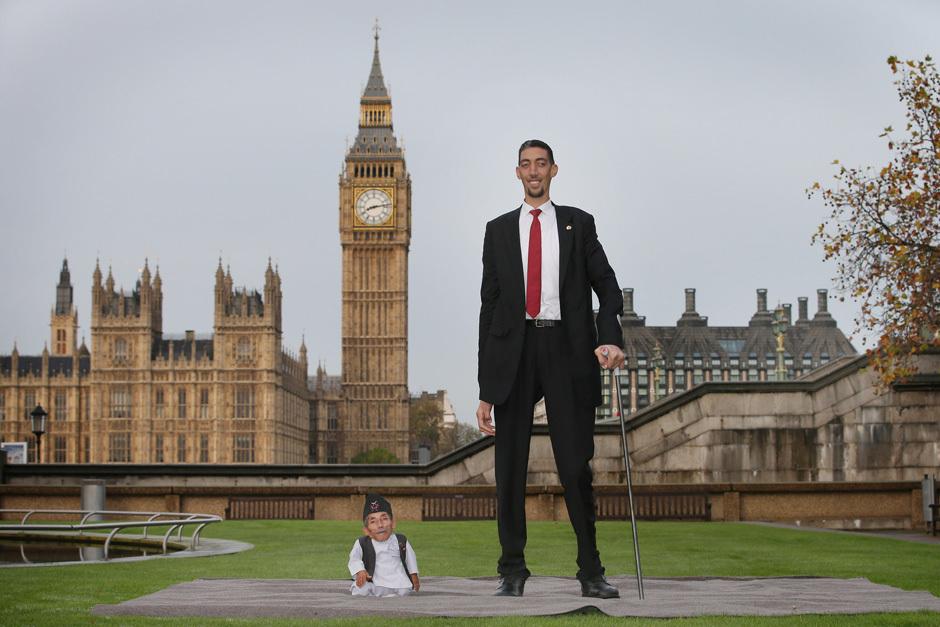 World's Tallest And Shortest Men Meet For Guinness World Records Day