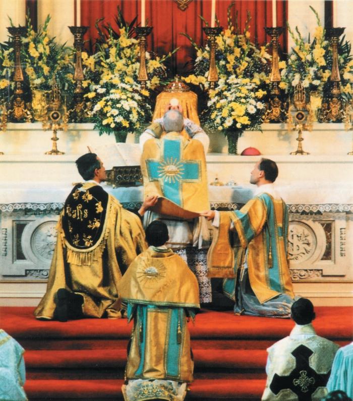 Nadbiskup Marcel Lefebvre služi tradicionalnu misu