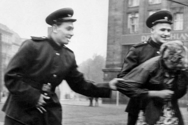 saveznici pad trećeg reicha berlin njemačka silovanja amerikanci